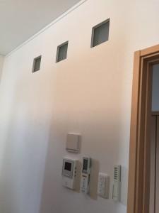 リビング壁(玄関ホール側)にガラスブロック追加